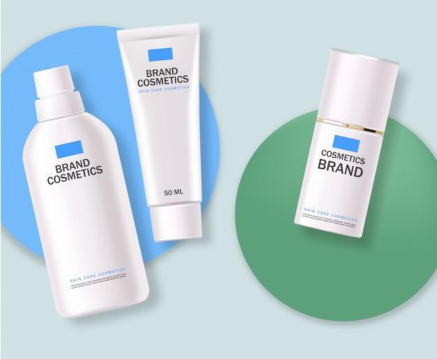 Cosmetici realistici, set di bottiglie blu e bianco, confezione, cura della pelle, crema idratante, toner, detergente, siero, beauty card, trattamento viso