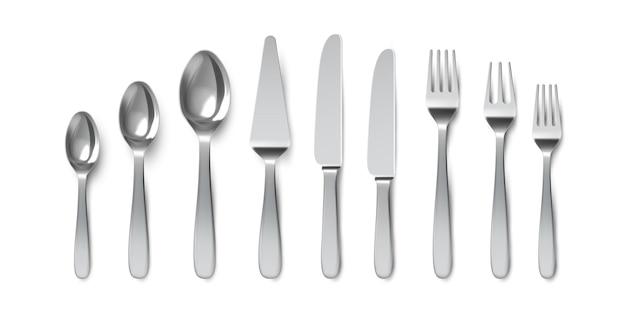 Posate realistiche. cucchiai, forchette e coltelli da tavola. utensile di posate per servire. cucchiaio da dessert e coltello da torta. insieme di vettore di stoviglie in metallo. illustrazione argenteria realistica, cucchiaio e coltello