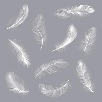 Piume realistiche. soffici piume roteate bianche, ala di uccello che cade piuma senza peso, set di illustrazione di penna polmone volante. piuma bianca, collezione morbida e soffice