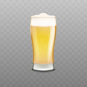 Realistico bicchiere pieno di birra con schiuma bianca isolata sulla superficie trasparente