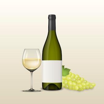 Brunch realistico dell'uva, bicchiere di vino e bottiglia di vino bianco.