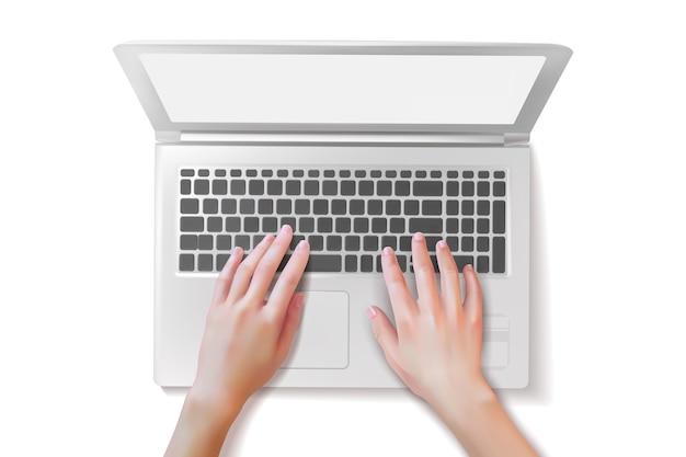 Mani realistiche sulla tastiera di un laptop bianco.
