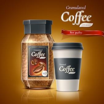 Annuncio di confezione di caffè istantaneo realistico chicchi di caffè granulati in barattolo di vetro con tazza usa e getta