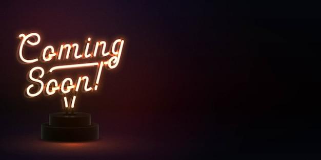 Insegna al neon isolata realistica del testo coming soon