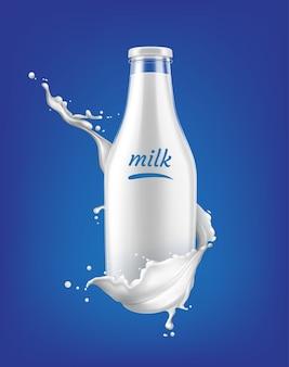 Spruzzata di latte realistico dietro la bottiglia trasparente piena di latte con molte goccioline su sfondo blu