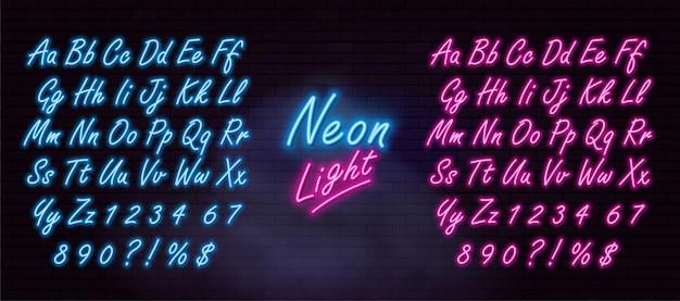 Alfabeto al neon realistico sul muro di mattoni scuri.