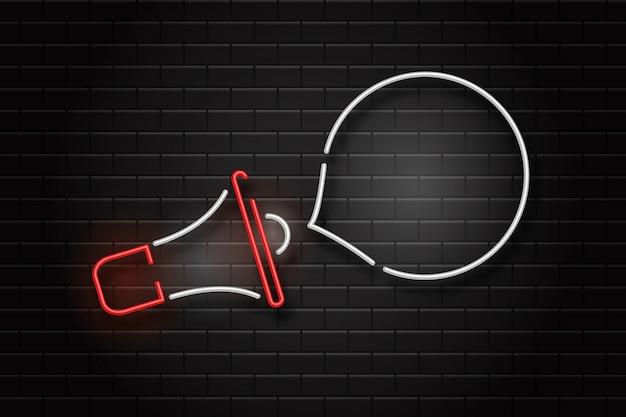 Segno al neon realistico del megafono e fumetto per la decorazione e il rivestimento sullo sfondo della parete.