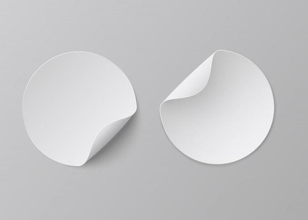Adesivi di carta realistici. rotondo bianco adesivo, carta angolo piega vuota Vettore Premium