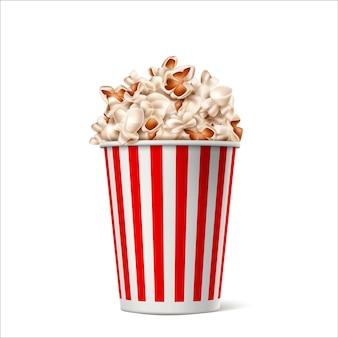 Popcorn realistico nel secchio di carta a strisce bianche rosse. film vettoriale, contenitore per snack teatrali.