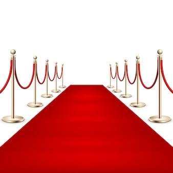 Realistico tappeto rosso tra le barriere di corda sull'evento vip cerimoniale. isolato su bianco