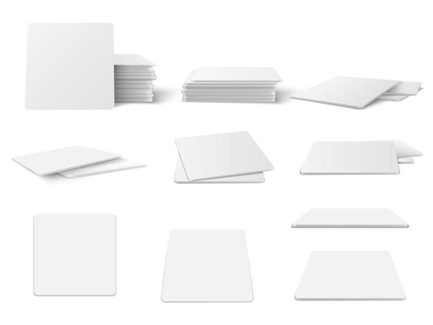 Set di mockup di sottobicchieri da tavolo rotondi e quadrati realistici. cerchio e quadrato sottobicchiere, set di modelli vuoto bierdeckel isolato su sfondo bianco.