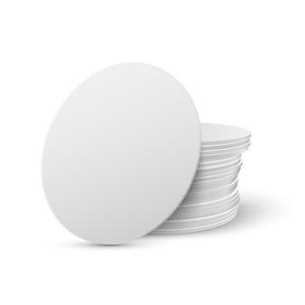 Set di mockup di sottobicchieri da tavola rotonda realistici. sottobicchiere cerchio, bierdeckel isolato su sfondo bianco con ombra