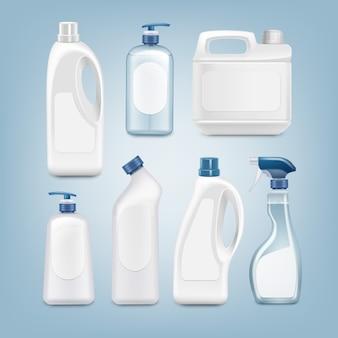 Set realistico di bottiglie di plastica bianche con etichette vuote