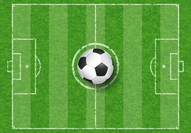 Pallone da calcio realistico sul campo di calcio con trama di erba, vista dall'alto, illustrazione vettoriale