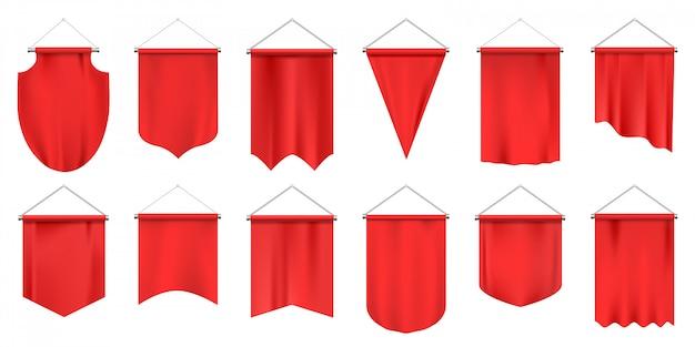 Gagliardetti tessili realistici. bandiere vuote, stendardo appeso in tessuto rosso, pubblicità o set di illustrazione del premio reale. premio in tela appeso, stendardo alla squadra di calcio