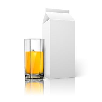 Pacchetto realistico di carta bianca bianca e bicchiere per cocktail di latte di succo ecc. isolato su bianco