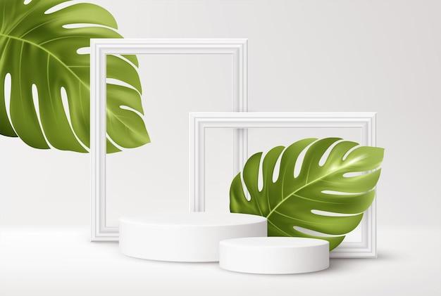 Podio di prodotto bianco realistico con cornici bianche e foglie di monstera tropicale verde isolato su bianco
