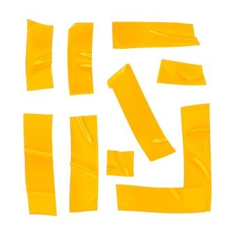 Pezzi di nastro adesivo giallo realistico per il fissaggio isolato su priorità bassa bianca.