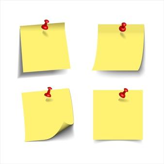 Note appiccicose gialle realistiche con i perni di spinta realistici 3d, puntine da disegno isolati su bianco. promemoria quadrati di carta adesiva con ombre, pagina di carta