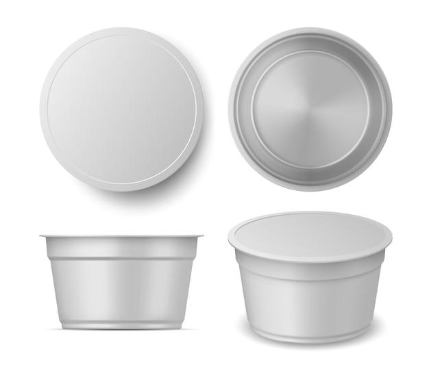 Viste realistiche del mockup della tazza del contenitore di yogurt o gelato. parte superiore, parte anteriore e prospettiva dell'imballaggio lattiero-caseario in plastica vuota. insieme di vettore del pacchetto di yogurt