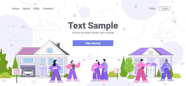 Agente immobiliare che mostra la casa di campagna ai clienti offerta di prestito ipotecario agenzia immobiliare sul sito web immobiliare spazio copia orizzontale a tutta lunghezza