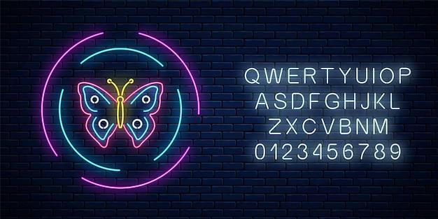 Rosso e blu colorato batterfly incandescente insegna al neon in cornici rotonde con alfabeto sul fondo del muro di mattoni scuri. emblema del volantino di primavera nel cerchio. simbolo di pubblicità stradale notturna. illustrazione vettoriale.