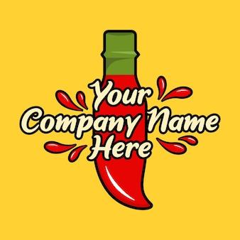 Bottiglia rossa di salsa di peperoncino piccante con spruzzi su sfondo giallo