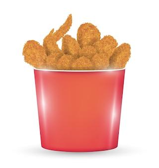 Secchio rosso pieno di un pollo fritto su uno sfondo bianco
