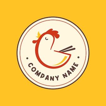 Pollo rosso con ciotola di riso e bacchette sul modello di logo dell'emblema del cerchio con sfondo giallo