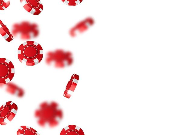 Fiches da poker cadenti del casinò di volo rosso isolate su bianco.