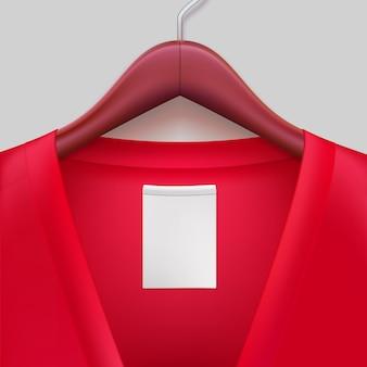 Giacca rossa con etichetta appesa a un gancio.
