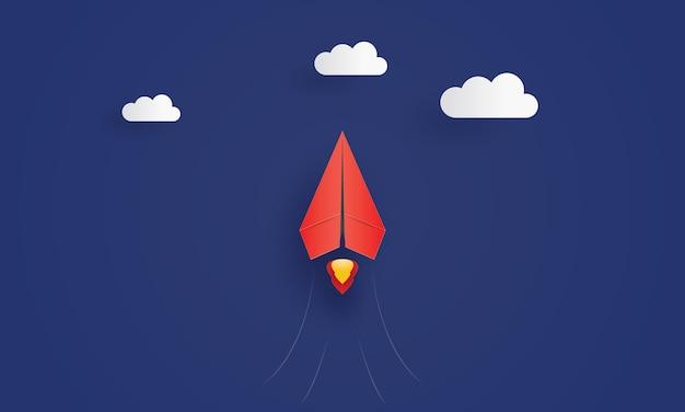 Volo rosso dell'aeroplano del capo di carta nel cielo, affare di ispirazione di concetto, taglio della carta