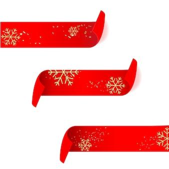 Bandiera di carta curva dettagliata realistica rossa con fiocchi di neve dorati isolati su priorità bassa bianca.