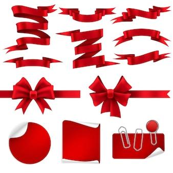 Nastro rosso e fiocchi regalo. striscioni, etichette e adesivi decorativi in seta lucida per offerta di sconti natalizi. set di decorazioni realistiche per le vacanze
