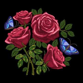 Ricamo di rose rosse, bouquet di fiori e foglie con farfalle. imitazione di punti in raso