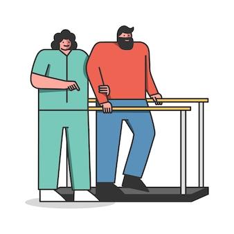 Il medico di riabilitazione aiuta l'uomo ferito a guarire presto