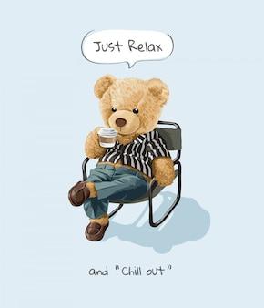 Rilassati e rilassati con lo slogan con il simpatico orso giocattolo seduto e sorseggiando un caffè
