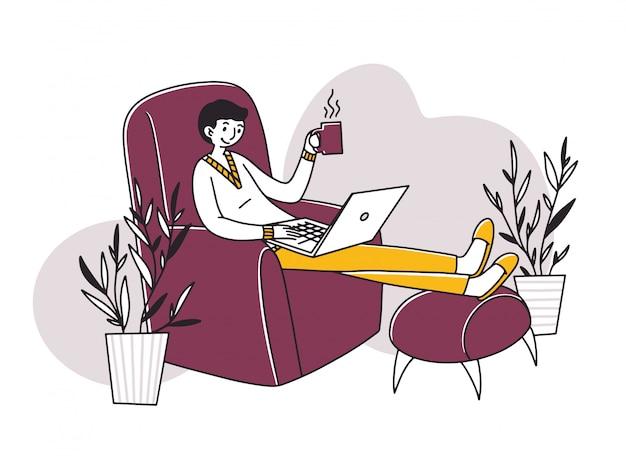Impiegato indipendente rilassato che beve caffè