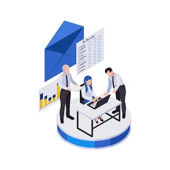 Composizione di icone isometriche di lavoro a distanza di gestione remota con un gruppo di lavoratori con icona della busta ed elenco di attività