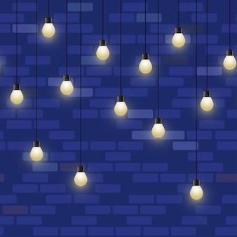 Ghirlanda decorativa ripetuta della lampada sul fondo del muro di mattoni