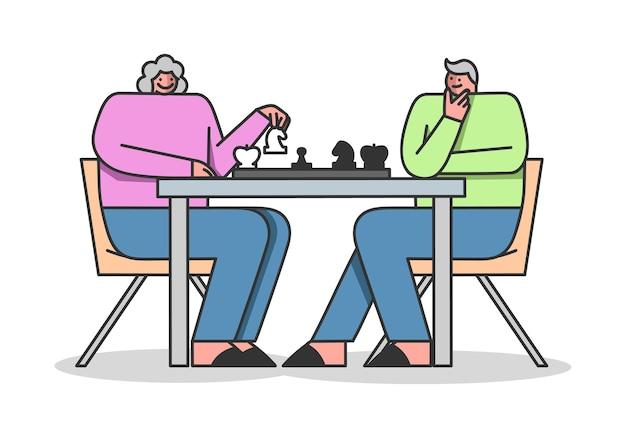 Persone di pensionamento uomo e donna giocano a scacchi