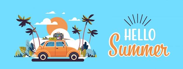 Auto retrò con bagagli sul tetto tropicale tramonto spiaggia surf vintage