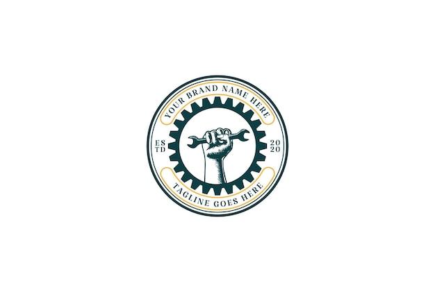 Chiave a mano con ingranaggio retrò per garage custom workshop logo design vector