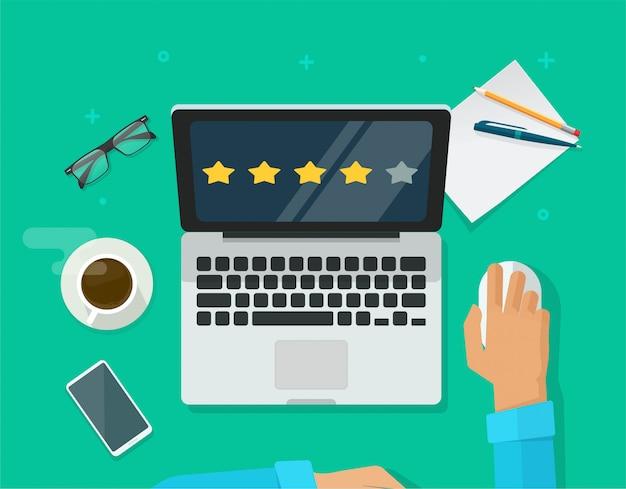 Esaminare le testimonianze di valutazione online sul posto di lavoro del computer portatile o il cliente valuta il fumetto piano di vista dall'alto dello scrittorio di concetto di esperienza di feedback di testimonianza