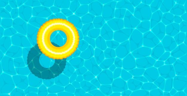 Anello galleggiante in una rinfrescante piscina blu