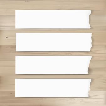 Strappato sfondo di tag di carta su legno.