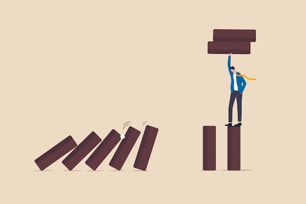 Gestione del rischio, protezione dell'azienda da disastri o crisi, leadership per evitare di perdere denaro, concetto di problema e fallimento, leader di un'azienda d'affari intelligente rimuovere il domino per fermare il collasso dell'effetto domino.