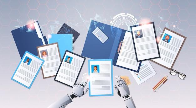 Mani del robot che scelgono profilo cv