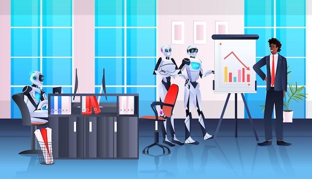Robot con uomo d'affari afroamericano che analizza i dati delle statistiche finanziarie sulla lavagna a fogli mobili concetto di tecnologia di intelligenza artificiale ufficio interno orizzontale integrale