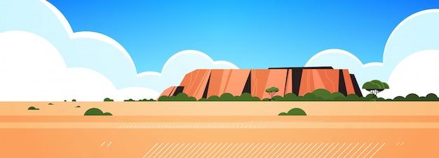 Orizzontale selvaggio del paesaggio della natura delle rocce e degli alberi dell'erba asciutta dell'australia della montagna rocciosa